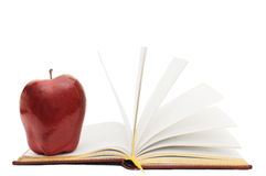 Maçã vermelha no livro aberto Fotografia de Stock Royalty Free