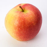 maçã Vermelho-amarela coberta com as gotas da água Foto de Stock