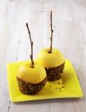 Maçãs amarelas douradas decoradas com chocolate Fotografia de Stock Royalty Free