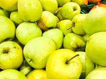 Maçãs brilhantes orientais deliciosas da vitamina doce natural do sul madura verde bonita, frutos Textura, fundo fotos de stock