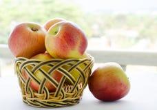 Maçãs com cesta Fotografia de Stock Royalty Free