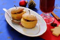 Maçãs cozidas como a sobremesa do Natal e o vinho ferventado com especiarias Fotos de Stock Royalty Free