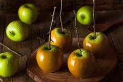 Maçãs de caramelo verdes caseiros foto de stock royalty free