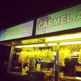 Maçãs de Carmel do algodão doce do carnaval Foto de Stock