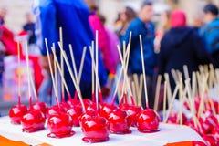 Maçãs de doces na venda em um mercado do Natal Imagens de Stock Royalty Free