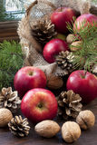 Maçãs do Natal na tabela de madeira Fotos de Stock Royalty Free