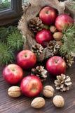 Maçãs do Natal na tabela de madeira Foto de Stock