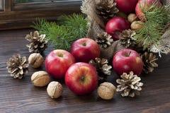 Maçãs do Natal na tabela de madeira Imagem de Stock