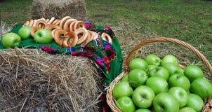 Maçãs e bagels Fotografia de Stock Royalty Free