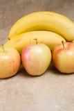 Maçãs e banans fotografia de stock royalty free