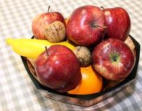 Maçãs e fruto vermelhos maduros na cesta Imagens de Stock Royalty Free