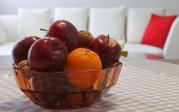 Maçãs e fruto vermelhos maduros na cesta Imagem de Stock