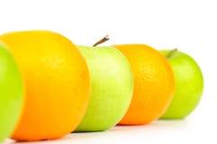 Maçãs e laranjas na fileira Fotografia de Stock Royalty Free