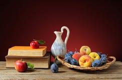 Maçãs e livros com fruto fresco Imagens de Stock