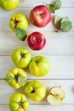 Maçãs e marmelos na prancha Imagens de Stock Royalty Free