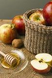 Maçãs e mel frescos vermelhos Foto de Stock Royalty Free