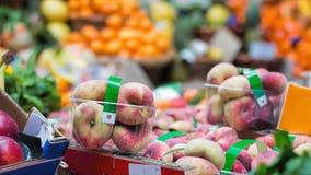 Maçãs e outros frutos para a venda foto de stock royalty free