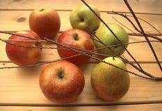 Maçãs e peras maduras em uma tabela rústica Fotografia de Stock