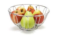 Maçãs e peras na cesta Foto de Stock