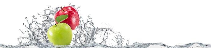 Maçãs e respingo da água no fundo branco Fotografia de Stock Royalty Free