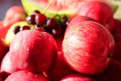 Maçãs e uva muito saborosos e maduras Fotos de Stock Royalty Free