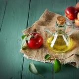 Maçãs e vinagre de sidra de maçã vermelhos na tabela de madeira Conceito - ele Foto de Stock Royalty Free