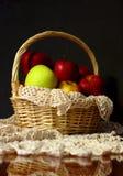 Maçãs em uma cesta imagens de stock