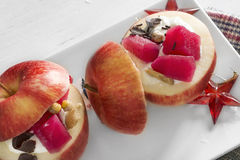 Maçãs enchidas com creme e fruto na placa branca Fotos de Stock