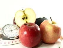 Maçãs, fita de medição, bomba da pressão sanguínea Fotografia de Stock Royalty Free