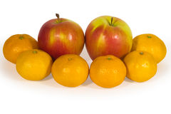 Maçãs frescas e tangerinas alaranjadas isoladas no branco Foto de Stock