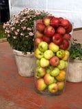 Maçãs frescas em um vaso de vidro grande fotografia de stock