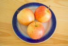 Maçãs frescas na mesa de madeira Fotografia de Stock
