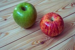 Maçãs frescas Maçãs vermelhas e verdes no fundo de madeira Foto de Stock