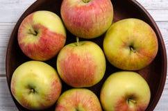 Maçãs maduras em uma placa de madeira Close-up das maçãs Fotografia de Stock