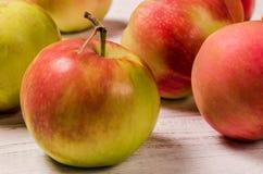 Maçãs maduras em uma tabela de madeira Close-up de Apple Fotos de Stock Royalty Free