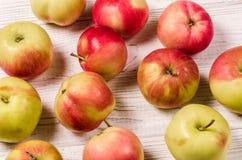 Maçãs maduras em uma tabela de madeira Close-up das maçãs Vista superior Imagem de Stock Royalty Free
