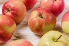 Maçãs maduras em uma tabela de madeira Close-up das maçãs Vista superior Foto de Stock
