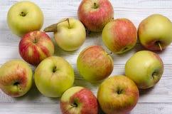 Maçãs maduras em uma tabela de madeira Close-up das maçãs Vista superior Imagem de Stock