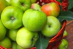 Maçãs maduras frescas em uma cesta Fotografia de Stock