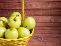 Maçãs maduras verdes em uma cesta amarela de vime Imagens de Stock Royalty Free