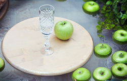 Maçãs maduras verdes na água e no cristal Fotos de Stock Royalty Free