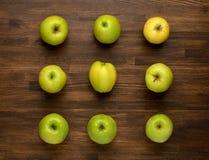 Maçãs maduras verdes no fundo de madeira Imagem de Stock