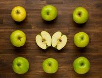 Maçãs maduras verdes no fundo de madeira Imagem de Stock Royalty Free