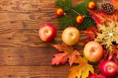 Maçãs maduras vermelhas e folhas de outono brilhantes Imagens de Stock Royalty Free