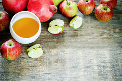 Maçãs, mel e romã, alimento tradicional para o judaico Fotografia de Stock