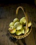 maçãs na cesta Imagens de Stock Royalty Free