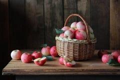 maçãs na cesta Fotos de Stock