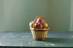 maçãs na cesta Fotografia de Stock Royalty Free