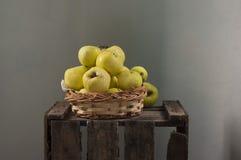 maçãs na cesta Imagem de Stock Royalty Free