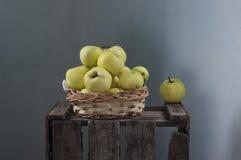 maçãs na cesta Imagem de Stock